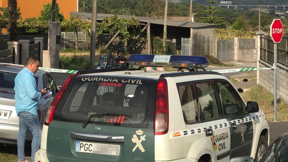 Foto: Vista de la zona precintada por el triple crimen cometido en la mañana de este lunes en la parroquia de Cordeiro de Valga (Pontevedra). (EFE)