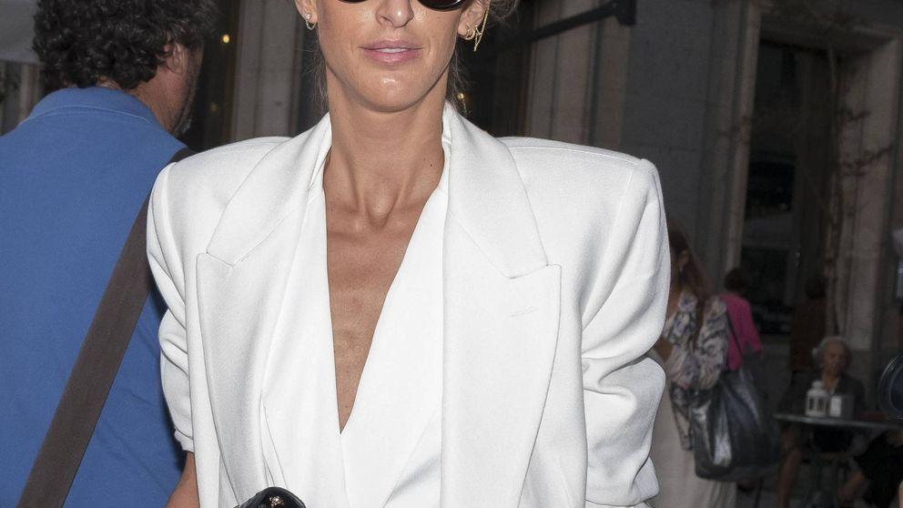 Inés Domecq combina un paraguas de Ikea con este traje de chaqueta de impresión