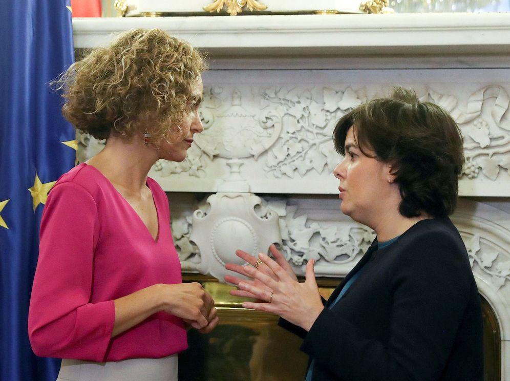Foto: Meritxell Batet, nueva ministra de Política Territorial y Función Pública, con su antecesora, Soraya Sáenz de Santamaría, este 7 de junio. (EFE)