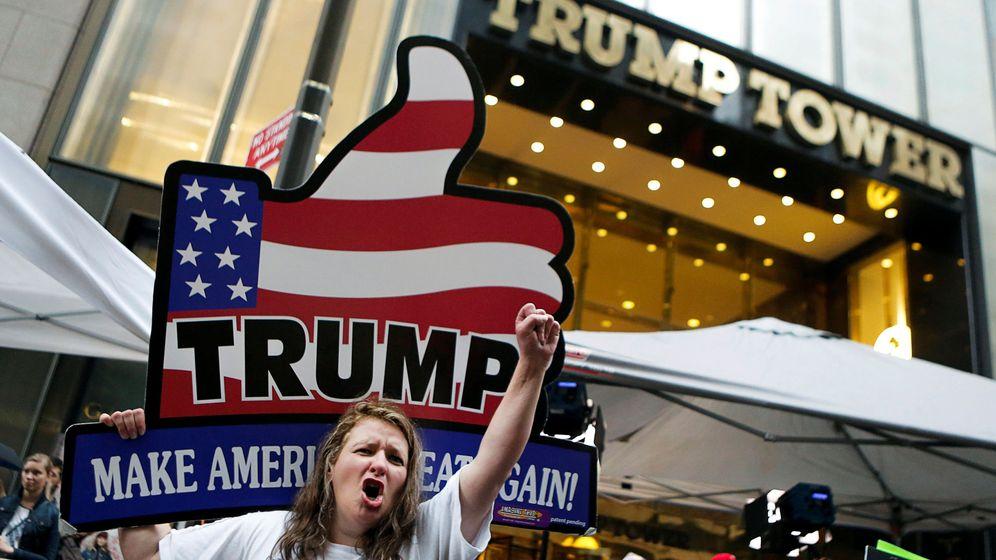 Foto: Seguidores del candidato republicano a la Casa Blanca, Donald Trump, en el exterior de la Torre Trump donde reside el magnate, en Nueva York. (Reuters)