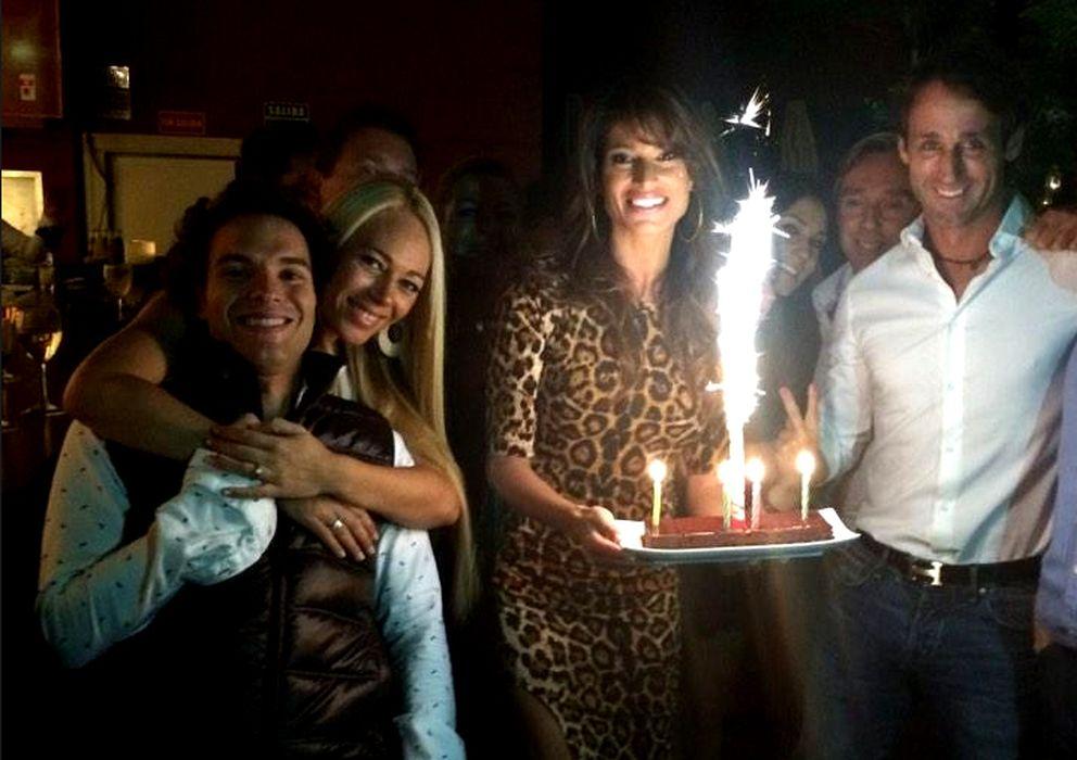 Foto: Sonia Ferrer junto a Álvaro Muñoz Escassi y Antonio Rossi durante su 37 cumpleaños (Twitter)