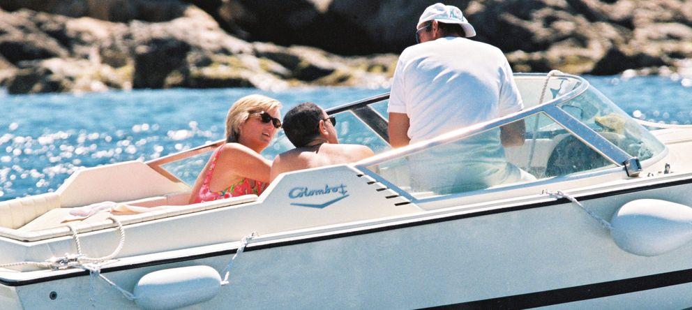 Foto: Diana de Gales y Dodi Al Fayed, a bordo de un barco en Saint-Tropez (Gtres)