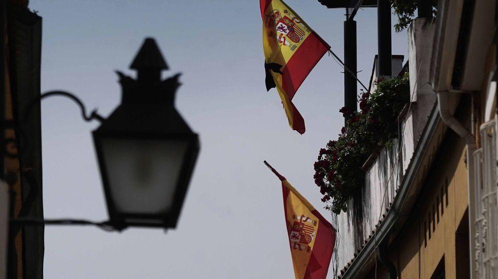 Foto: Banderas de España en balcones (Efe)