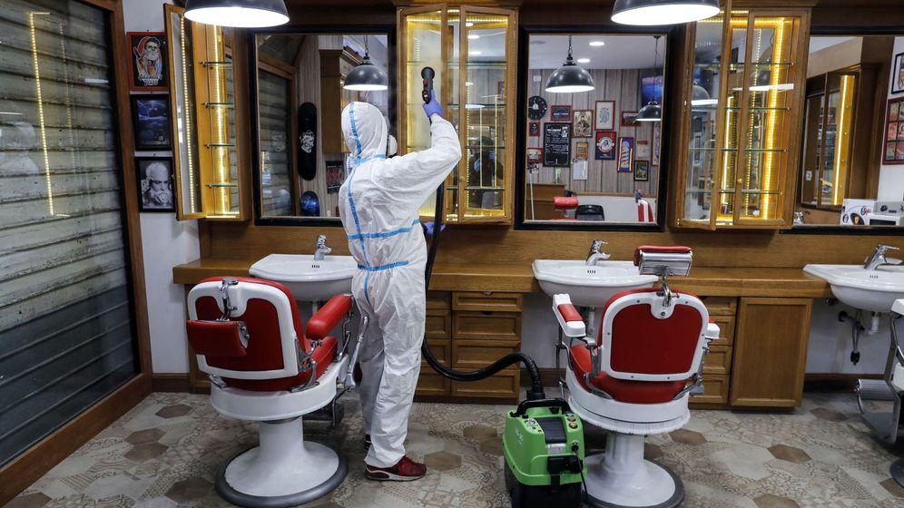 Foto: Desinfección de una barbería en Roma. (EFE)