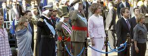 """Zapatero vuelve a ser abucheado con gritos de """"fuera"""" y """"dimisión"""" en el desfile del 12-O"""