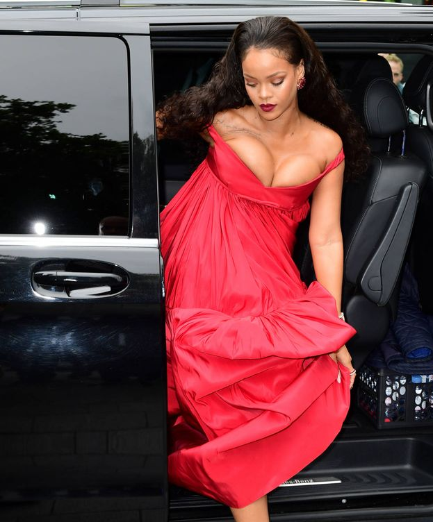 Foto: Rihanna luciendo escote durante la première de 'Valerian and the City of Thousand Planets' en Londres. (Gtres)