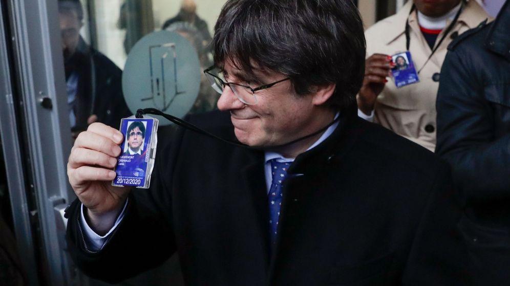 Foto: El expresidente catalán Carles Puigdemont posa con su acreditación de la Eurocámara. (EFE)