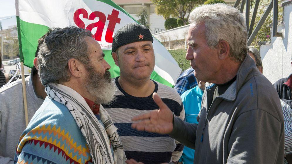 Foto: El concejal de Jaén en Común (JeC) Andrés Bódalo (c), apoyado por Juan Manuel Sánchez Gordillo (i), alcalde de Marinaleda, y Diego Cañamero (d), antes de su detención el pasado mes de marzo. (EFE)