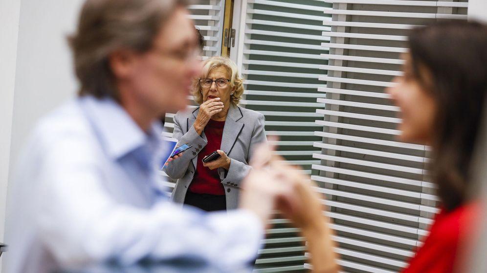 Foto: La primera teniente de alcalde, Marta Higueras (i), conversa con la portavoz, Rita Maestre (d), en presencia de Manuela Carmena. (EFE)