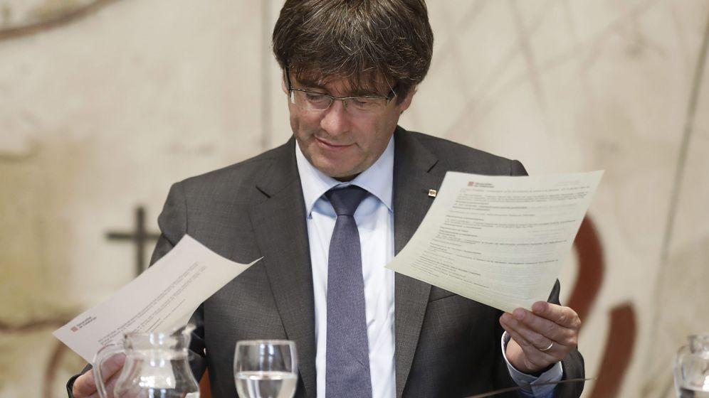 Foto: Carles Puigdemont durante la reunión semanal del Govern, un día después de presentarse la futura ley de Transitoriedad Jurídica. (EFE)