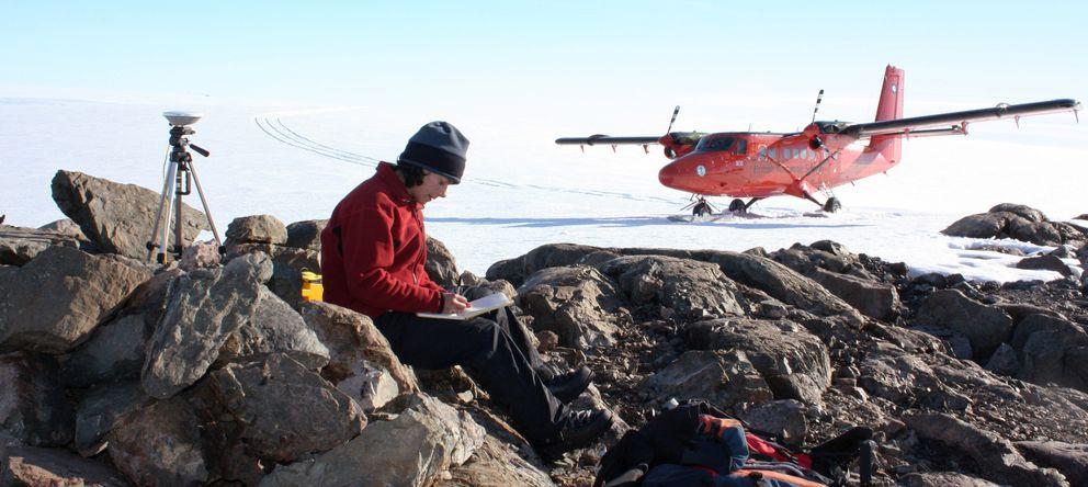 Foto: La científica Alison Cook consulta unos planos en la Antártida. (Reuters)