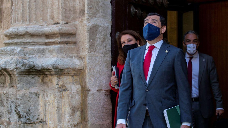 Foto: El presidente de la Junta, Juanma Moreno, en la puerta del Salón de Plenos del Parlamento. (EFE)