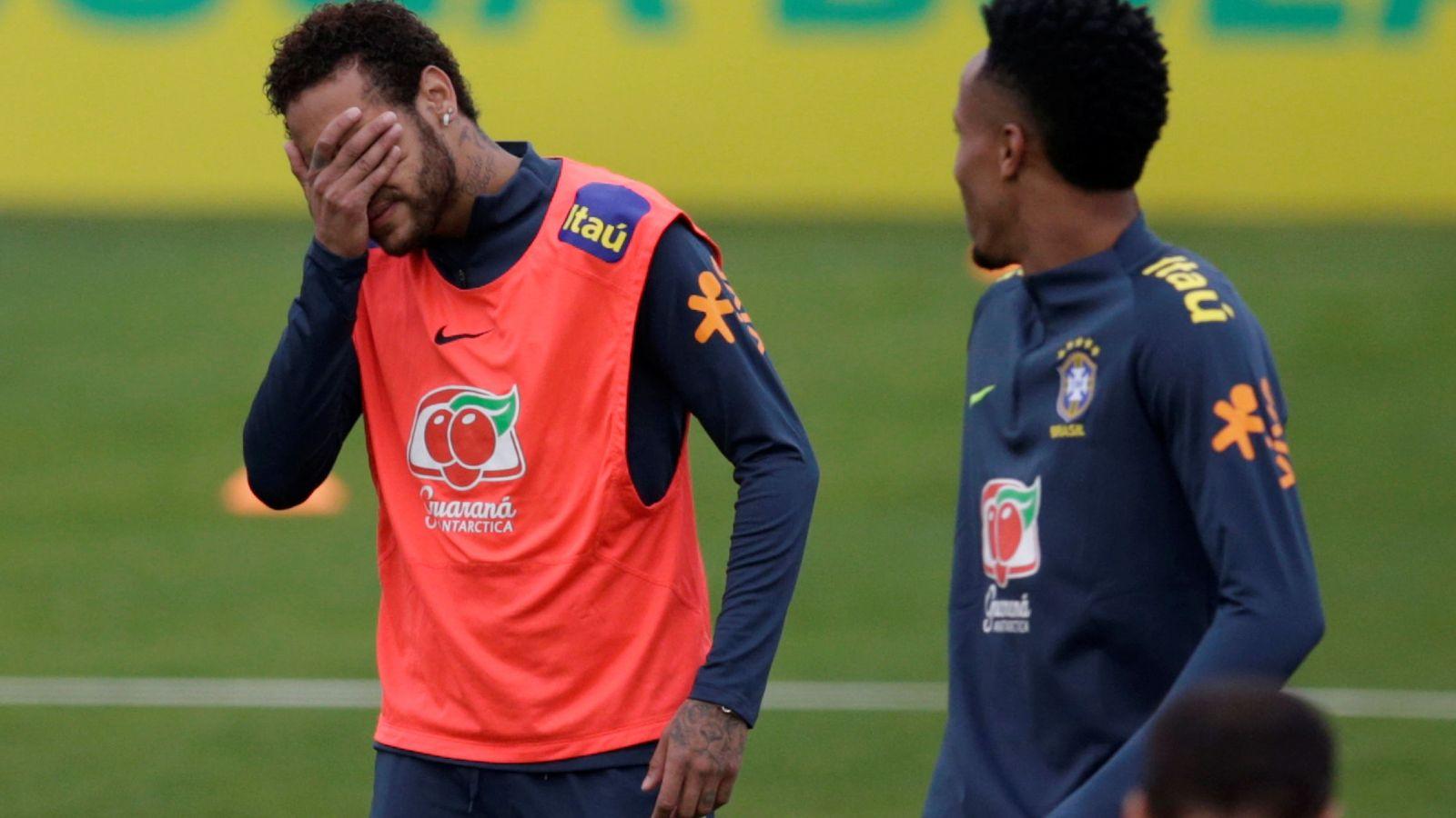 Foto: Neymar se lleva la mano a los ojos para taparse la cara durante el entrenamiento con la Selección brasileña. (EFE)
