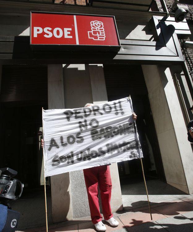 Foto: Pancartas de apoyo al secretario general del PSOE, Pedro Sánchez, ante la sede de la calle Ferraz de Madrid. (EFE)