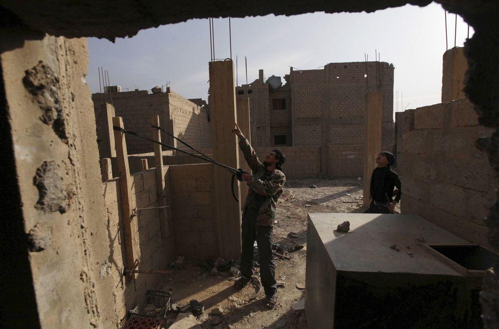 Foto: Soldados del Ejército Libre Sirio usan un tirachinas gigante para lanzar zapatos contra el enemigo en Deir Az Zor, en noviembre de 2013. (Reuters)