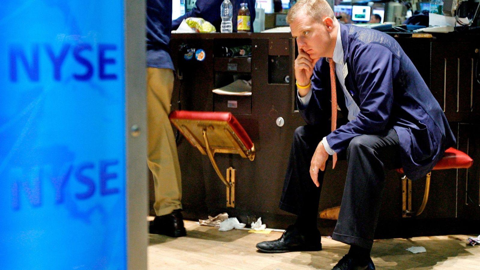 Foto: Imagen de archivo que muestra a un corredor de bolsa mientras se sienta en el edificio de la Bolsa de Nueva York tras la caída de Lehman Brothers. (EFE)
