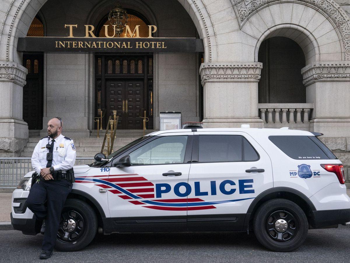 Foto: Un coche de policía, delante de la puerta del hotel Trump en Washington. (Reuters)