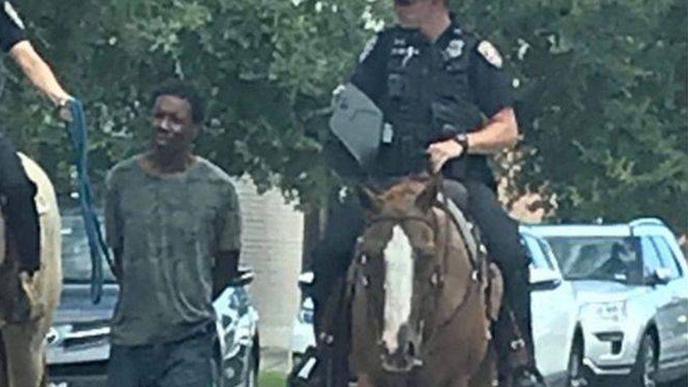 Foto: La imagen de la detención de Donald Neely en Galveston, Texas (Twitter/Anónimo)