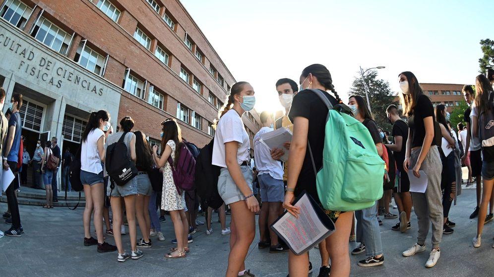 Foto: Varios estudiantes, frente a la Facultad de Físicas de la Complutense, en Madrid. (EFE)