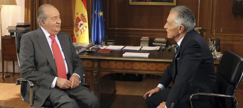 Foto: El periodista Jesús Hermida durante la entrevista que le realizó a Don Juan Carlos en enero de 2013 (EFE)