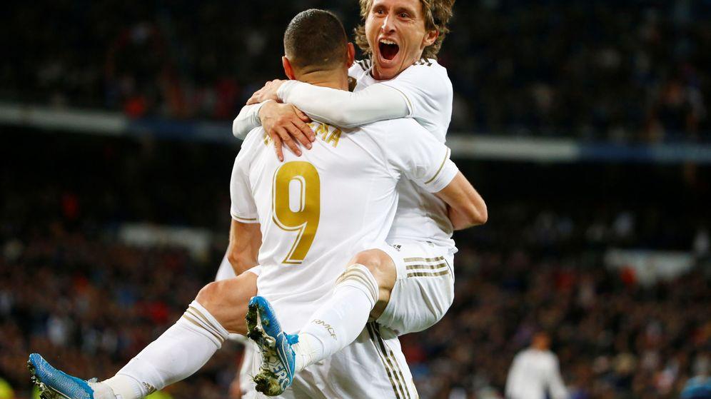 Foto: Karim Benzema y Luka Modric celebran un gol con el Real Madrid. (Reuters)