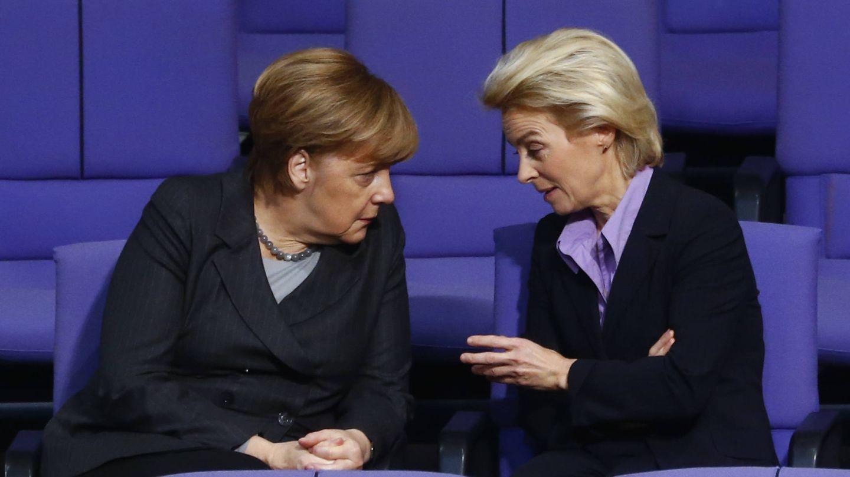 La canciller Merkel habla con la ministra de Defensa en el Bundestag, en Berlín. (Reuters)