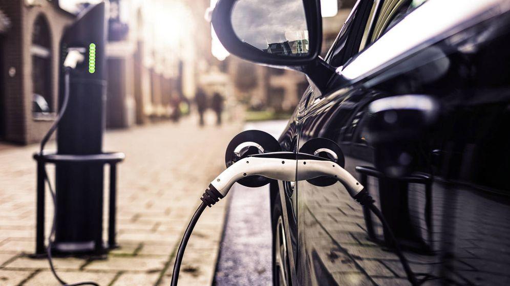 Foto: Un coche eléctrico en su estación de carga. (EFE)
