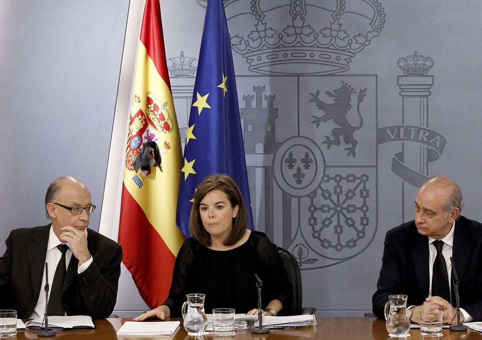 Foto: La vicepresidenta del Gobierno, Sáenz de Santamaría y el ministro de Hacienda, Cristóbal Montoro. (EFE)