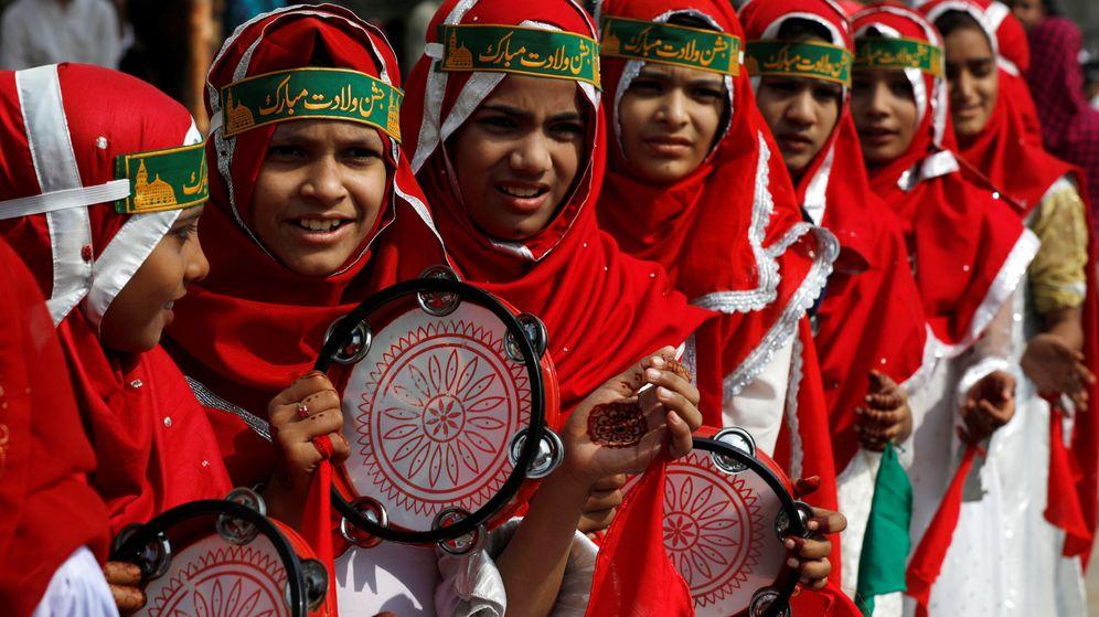 Foto: Unos estudiantes de una madrasa en Karaki celebran el aniversario del nacimiento de Mahoma. (Reuters)