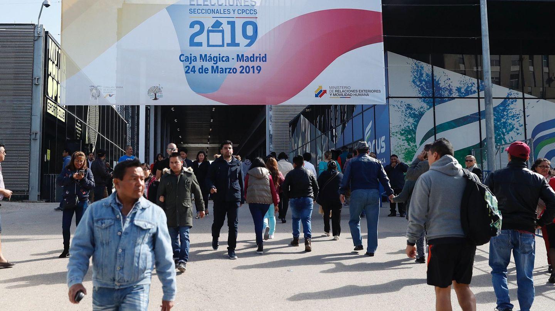 Ecuatorianos residentes en Madrid acuden a votar en el espacio habilitado en la Caja Mágica (EFE)