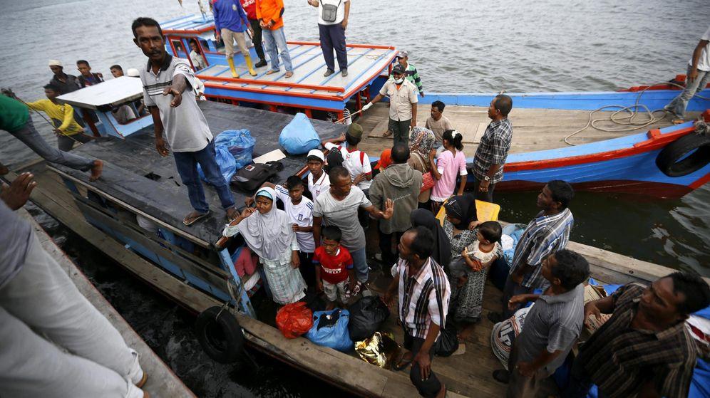 Foto: Una de las embarcaciones que sí ha podido desembarcar en la región de Aceh, Indonesia. (Efe)