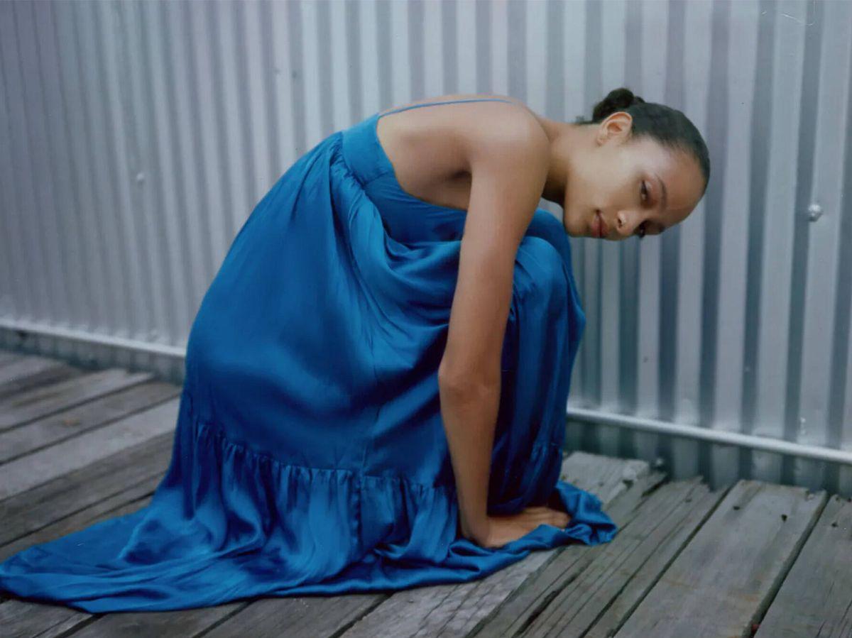 Foto: Uno de los vestidos satinados de las novedades de Zara. (Cortesía)