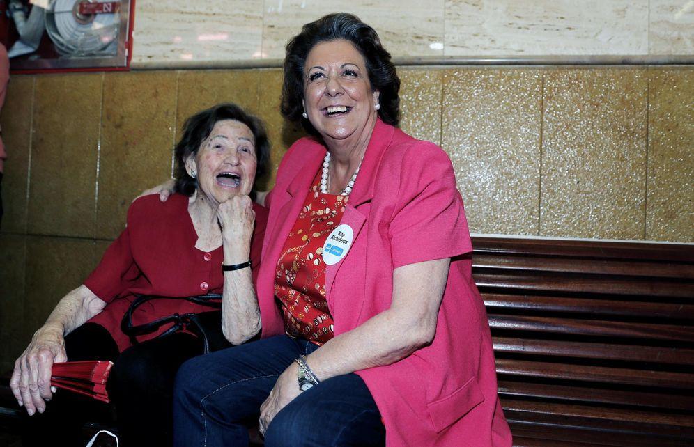 Foto: La ex alcaldesa de Valencia, Rita Barberá, en su visita al mercado del Cabanyal, en campaña. (EFE)