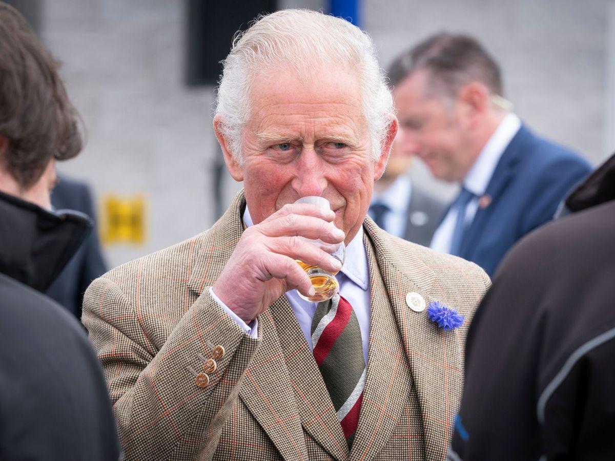 Foto: El príncipe Carlos en bebe whisky en una visita a Escocia (Reuters)