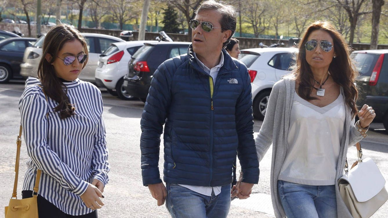 Foto: Paco González, su esposa Mayte y su hija llegando al juzgado (Gtres)