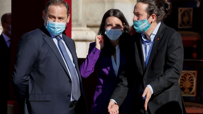Pablo Iglesias, junto a los ministros de Transportes, José Luis Ábalos, y de Igualdad, Irene Montero, durante el acto organizado con motivo del Día de la Fiesta Nacional. (EFE)