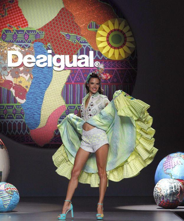 Foto: La modelo brasileña Alessandra Ambrosio desfila para la firma Desigual. (EFE)
