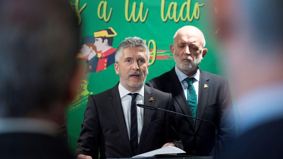 Foto: El ministro del Interior, Fernando Grande-Marlaska (i), en presencia del ex director general de la Guardia Civil Félix Azón. (EFE)