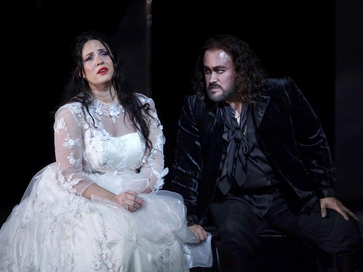 Foto: El tenor mexicano Javier Camarena (d), junto a la soprano Sonya Yoncheva, durante el ensayo de la ópera 'El pirata'. (EFE)