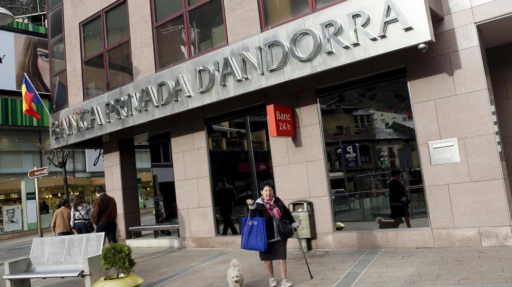 Foto: Una mujer pasa por delante de una oficina de Banca Privada d'Andorra. (Reuters)