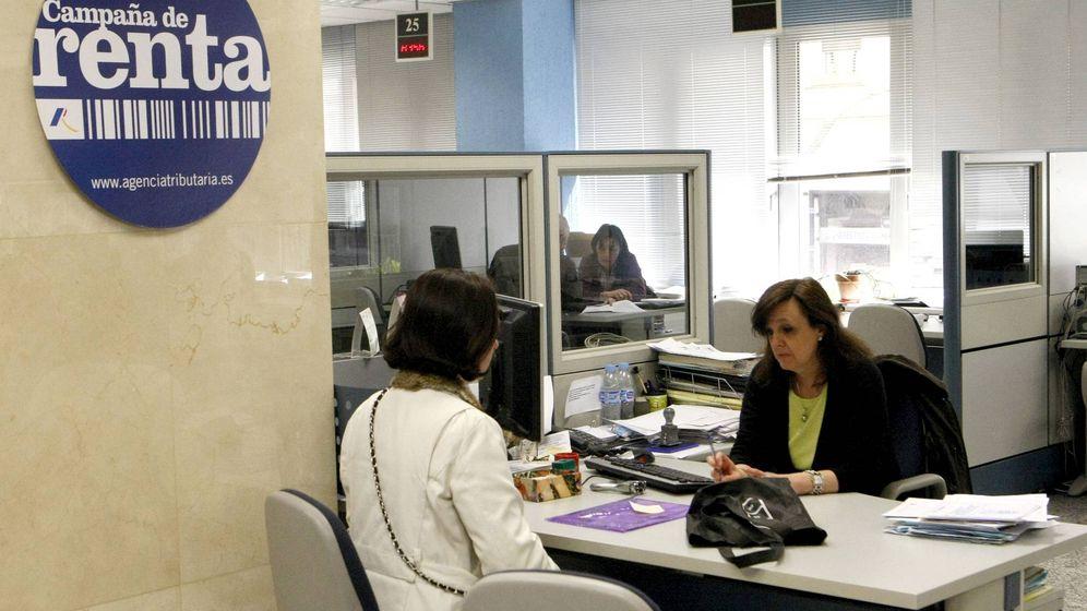 Foto:  Una mujer pide información en una oficina de la Agencia Tributaria en Madrid. (EFE)