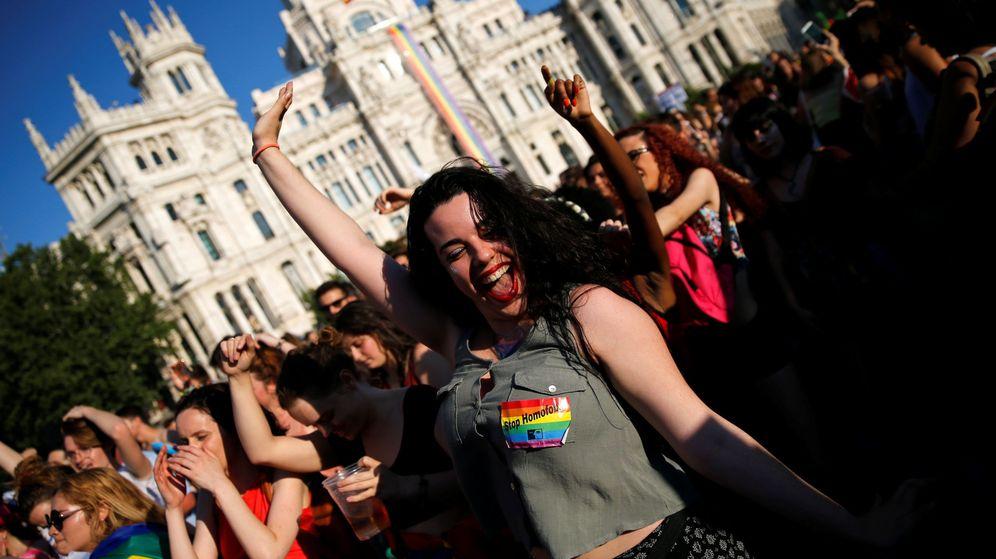 Foto: La manifestación por los derechos LGTBI el pasado año en Madrid, junto al Palacio de Cibeles. (Reuters)
