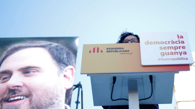 Marta Rovira (ERC), en un mitin con una foto de Oriol Junqueras de fondo. (Reuters)