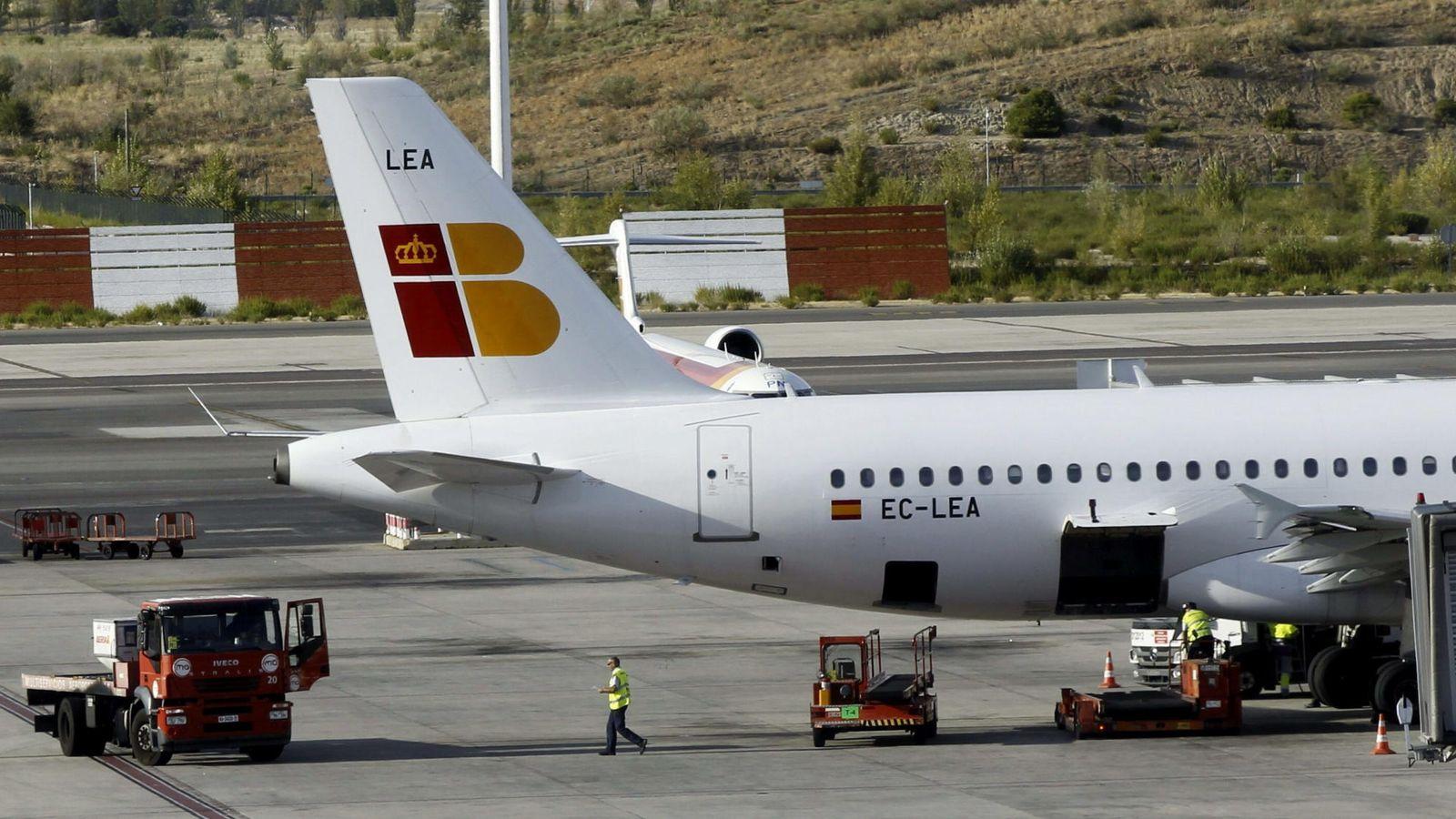 Foto: Un avión de Iberia en el aeropuerto de Barajas. (EFE)