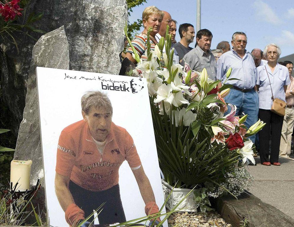 Foto: Familiares y amigos de Korta homenajean al empresario asesinado por ETA en uno de los aniversarios de su muerte ante el monolito en su memoria en Zumaia. (EFE)