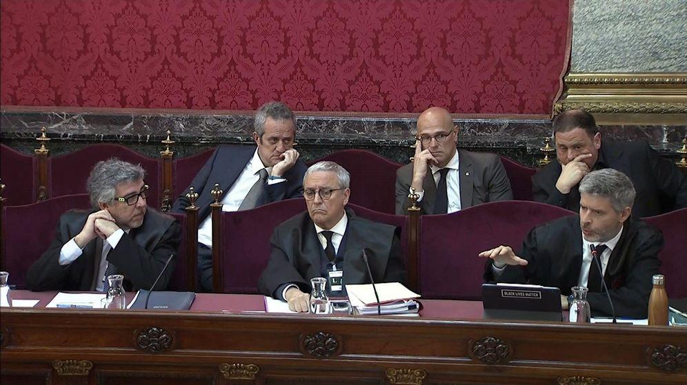 Foto: Imagen de las defensas en el juicio del 'procés', junto a Junqueras, Romeva y Forn. (EFE)