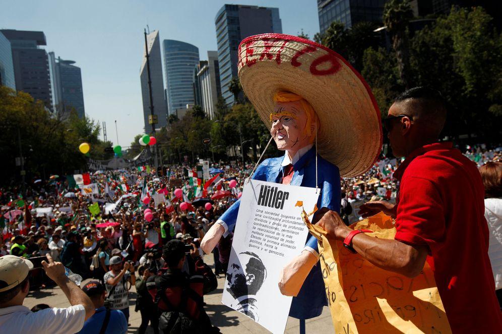 Foto: Un hombre sostiene un muñeco de Donald Trump con un sombrero mexicano durante una protesta contra el muro fronterizo, en Ciudad de México, el 12 de febrero de 2017 (Reuters)