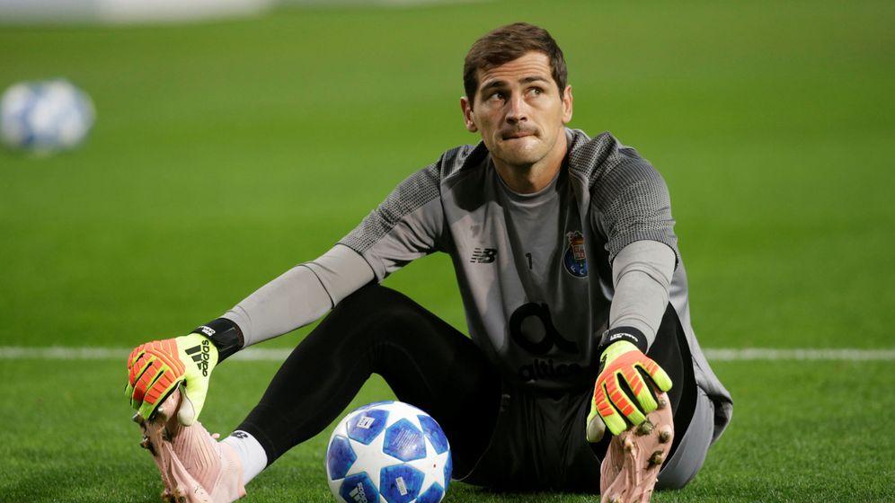 Foto: Iker Casillas, pensativo, durante el calentamiento previo al partido de Champions entre su club y el Galatasaray. (Reuters)