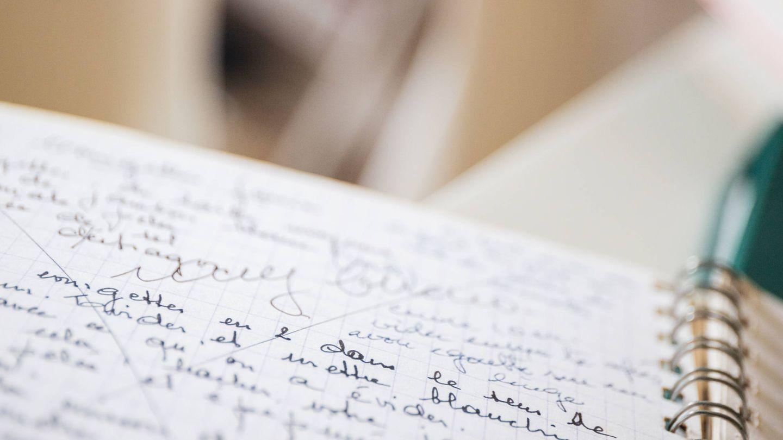 Detalle de uno de los cuadernos de Simone Ortega, que escribía en español y en francés. El 'muy bueno' era su aprobación para ser publicado. (Foto: Jorge Álvarez Manzano)
