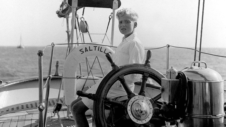 Fotografía del entonces príncipe Juan Carlos de Borbón tomada el 28 de agosto de 1949 en Estoril. (EFE)